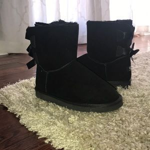 Black fur lined boots with bows on back